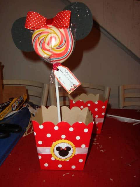 centro de mesa Minnie com pirulito e cartolina