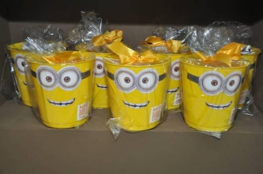 centro de mesa minions com baldes de plastico