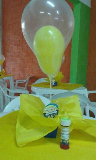centro de mesa minions com balões e caixa