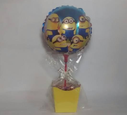 centro de mesa minions com balão personalizado