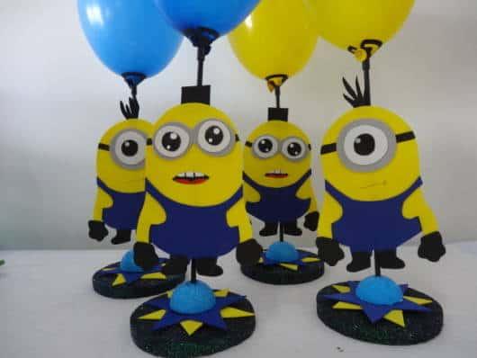 centro de mesa minions com suporte em eva e balões