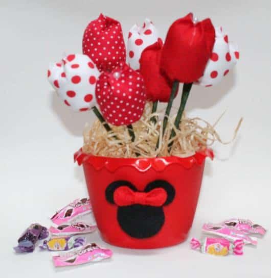 centro de mesa Minnie com flores de feltro