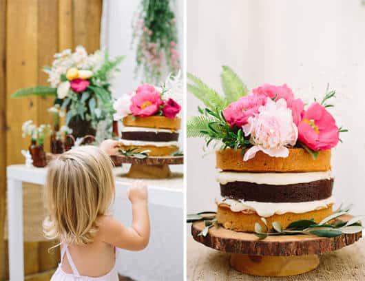 naked cake infantil com flores na decoração