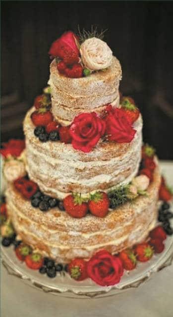 naked cake infantil com rosas vermelhas e brancas