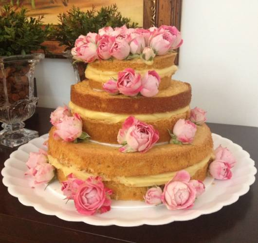 naked cake infantil decorado com rosas