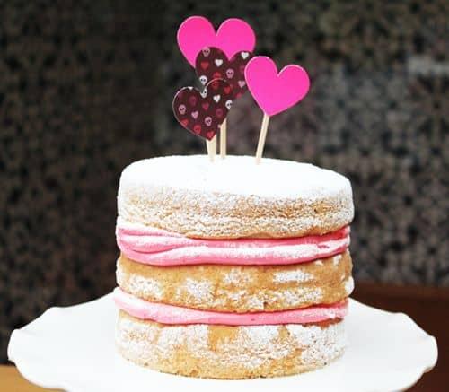 naked cake infantil com recheio de morango e corações