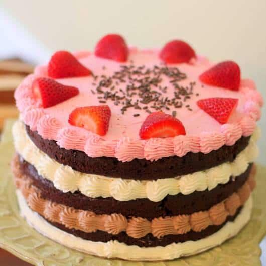 naked cake infantil com morango e glacê
