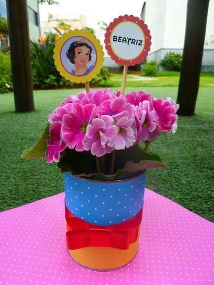 latinha com flores