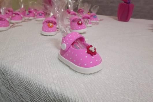 modelo rosa com bolinhas brancas