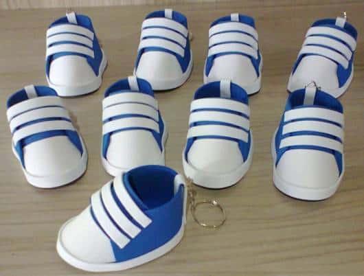 Se você está precisando de ideias para a lembrancinha de chá de bebê de  menino, aposte nos sapatinhos de EVA em forma de chaveiro.