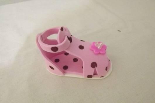 O EVA rosa com bolinhas marrom foi usado para fazer a sandália