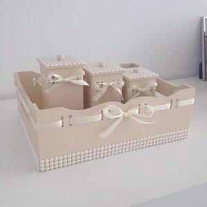 modelo decorado com pérola e fita de cetim