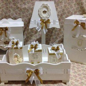 modelo com abajur branco e dourado