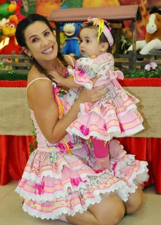 eed8c6ab3 ... de festa junina infantnil, a proposta aqui foi de fazer dois modelos  idênticos de vestido caipira para a mãe e a filha usarem.