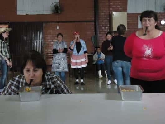 Brincadeiras de Festa Junina Infantil corrida milho