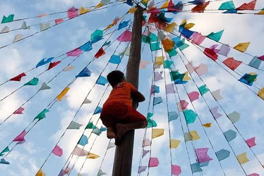 Brincadeiras de Festa Junina Infantil pau de sebo