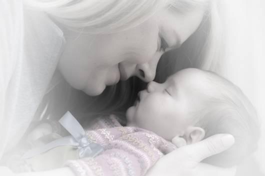 Mãe encostando seu nariz no nariz da sua filha.