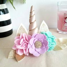 Chifre com flores para decorar mesa.