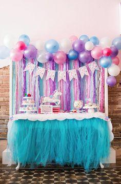 Mesa decorada para festa de unicórnio.