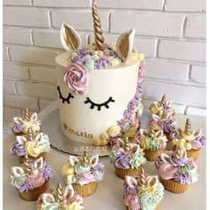 Bolo de unicórnio e cupcakes combinando.