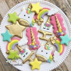 Biscoitos de unicórnio, estrelas e arco-íris.