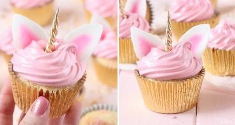 Cupcake rosa com orelha e chifre de unicórnio.
