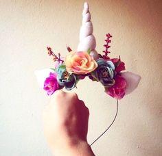 Tiara com chifre e flores coloridas.