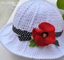 Chapéu de crochê branco com fita e flor vermelha em crochê