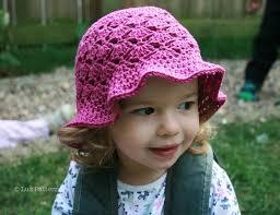 menina usando chapéu de croche na cor rosa modelo com aba