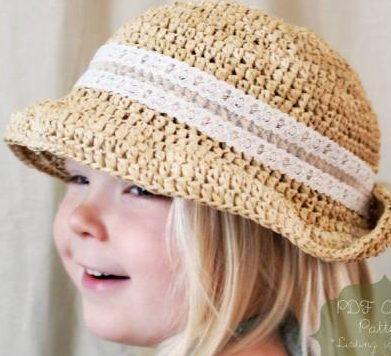 menina loira com chapeu bege com faixa em tecido