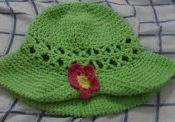 Chapéu de croche verde com aba erguida com aplique de uma rosa