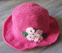 chapéu de crochê rosa modelo cartola com aplique de rosas brancas