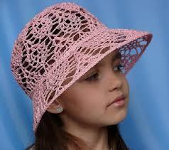 menina usando chapéu de sol em crochê na cor rosa