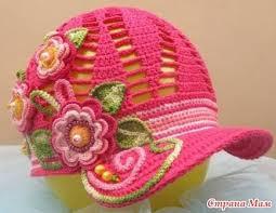 boné de crochê rosa com aplique de flores e aba em crochê endrecido