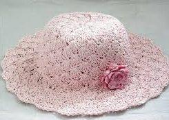 chapéu de crochê na cor rosa bebê com flor rosa