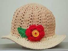 chapéu de crochê na cor bege com flor vermelha