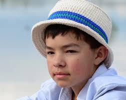 menino com chapeu na cor cru com faixa de crochê azul