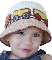 menino com chapéu de crochê com detalhes de tremzinho