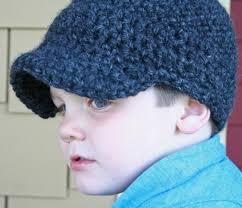 garoto com boné de crochê azul escuro