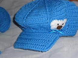 boné de crochê azul, com aplique de ursinho feito de feltro