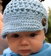 boné de crochê azul claro com botão de madeira