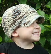 menino sorrindo com boné em tom mesclado neutro