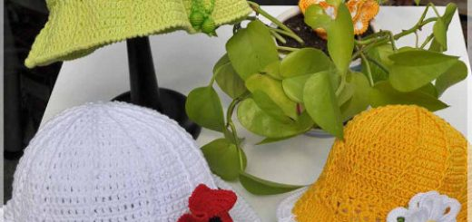 Três chapéus de crochê nas cores Verde, amarelo e branco com aplique de flores