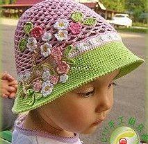 menina com chapéu de crochê rosa e verde com mini rosas