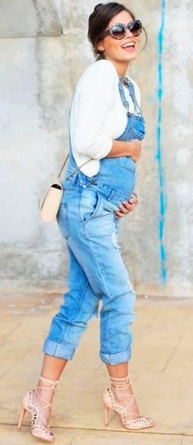 Looks com macacão gestante jeans.