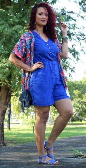 Look com macacão azul, kimono, bolsa jeans de ombro e sandália azul.