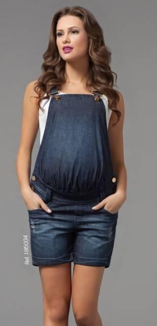 macacão jeans escuro, modelo curto.
