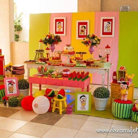 Festa da Magali com as cores verde, amarelo, rosa e vermelho.