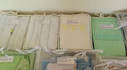 Saquinhos com diferentes roupas, etiquetados.