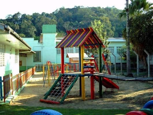 Playground de madeira colorido.